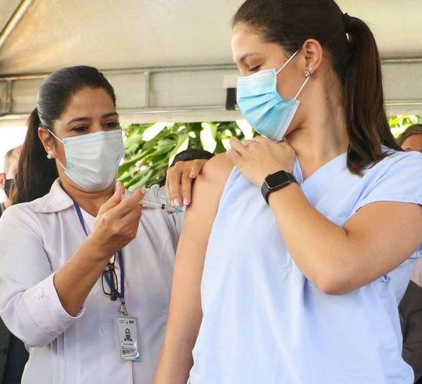 Uso de luvas não é obrigatório para profissional que aplica vacina contra a Covid-19.